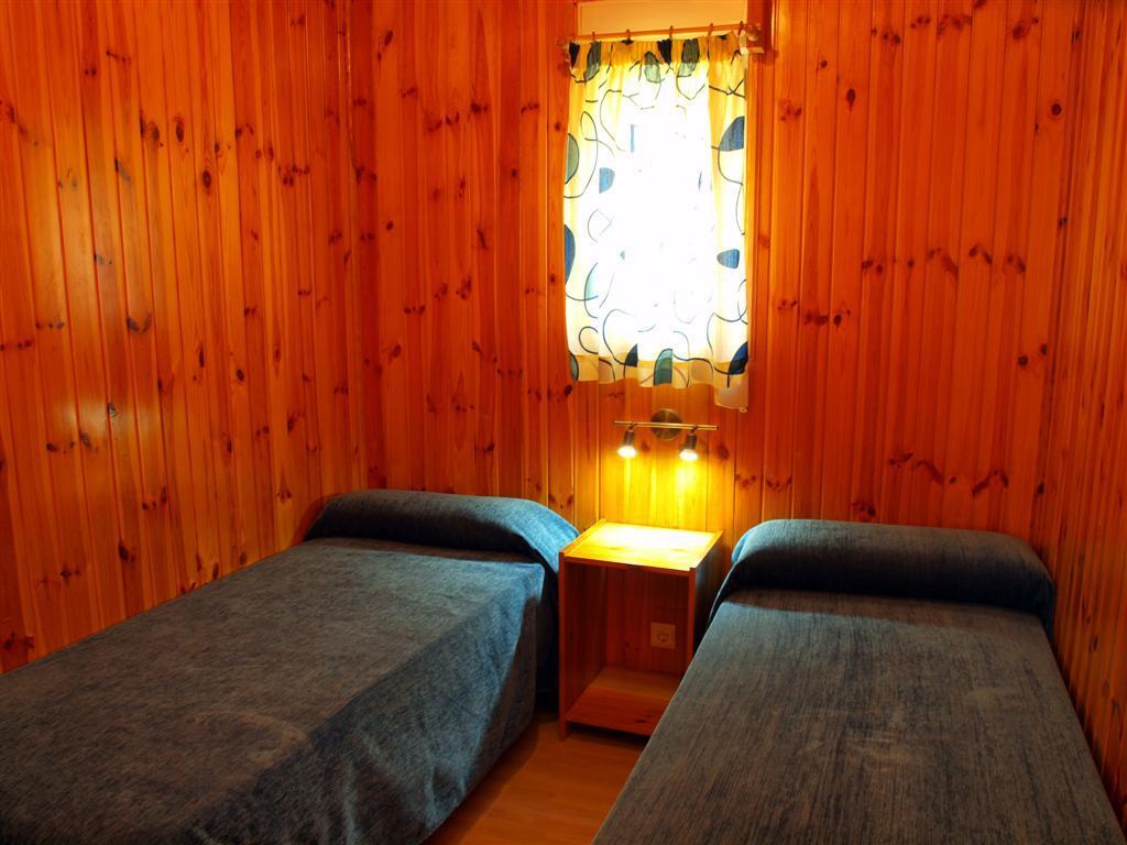 Camping la rosaleda 17715 habitaci n con dos camas for Habitacion con dos camas
